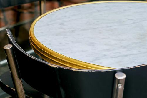 angepasst Hintergrund schön Biegen Bistro braun Stuhl Kaffee Textfreiraum Kurve Dekor Design Details Element leer Möbel Metall modern natürlich niemand Objekt