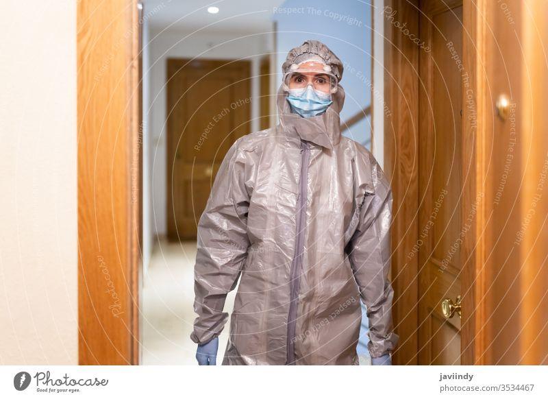 Arzt in PSA Persönliche Schutzausrüstung kommt ins Haus heimwärts ppe Coronavirus medizinisch betroffen Krankenhaus Gerät Virus Korona Labor schützend covid-19