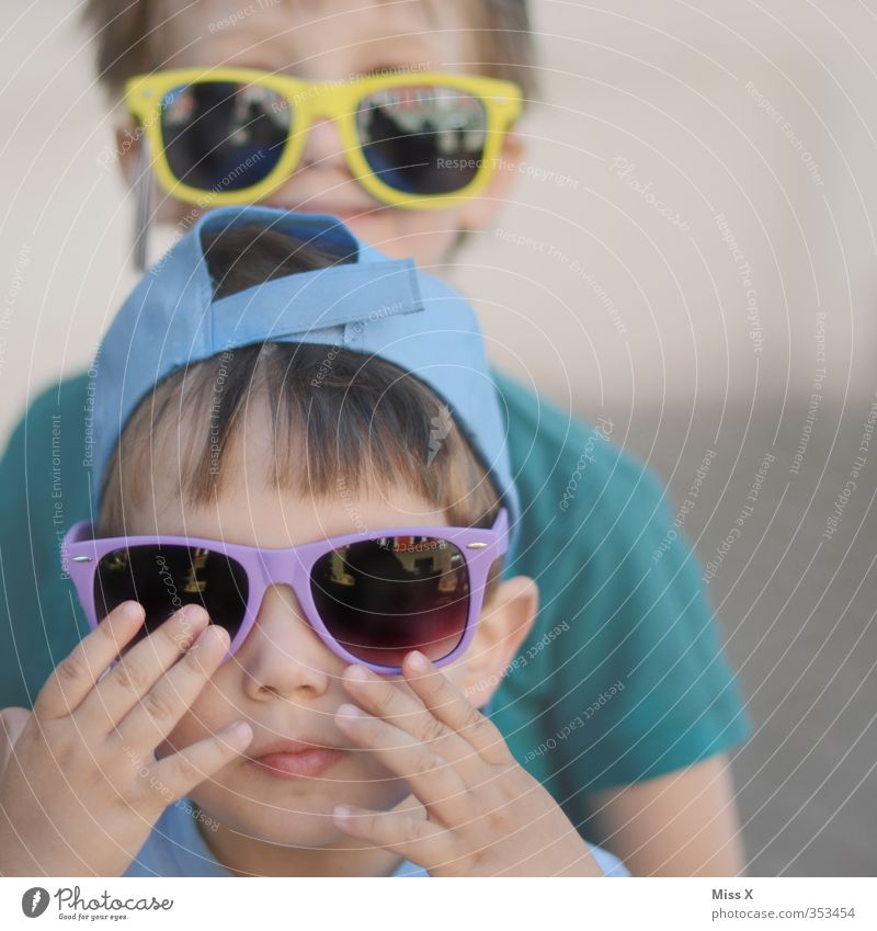 Brüder Mensch Kind Sommer Freude Gesicht Auge Gefühle Spielen lustig Freundschaft Stimmung Kindheit Fröhlichkeit Brille Kleinkind Sonnenbrille