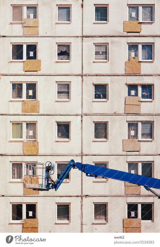 Schicksalsgemeinschaft Plattenbau Wohnblock Fenster Etagen Baustelle Sanierung Beton Glas Metall Greifarm Hebebühne Arbeit Fassade Architektur Haus Menschenleer