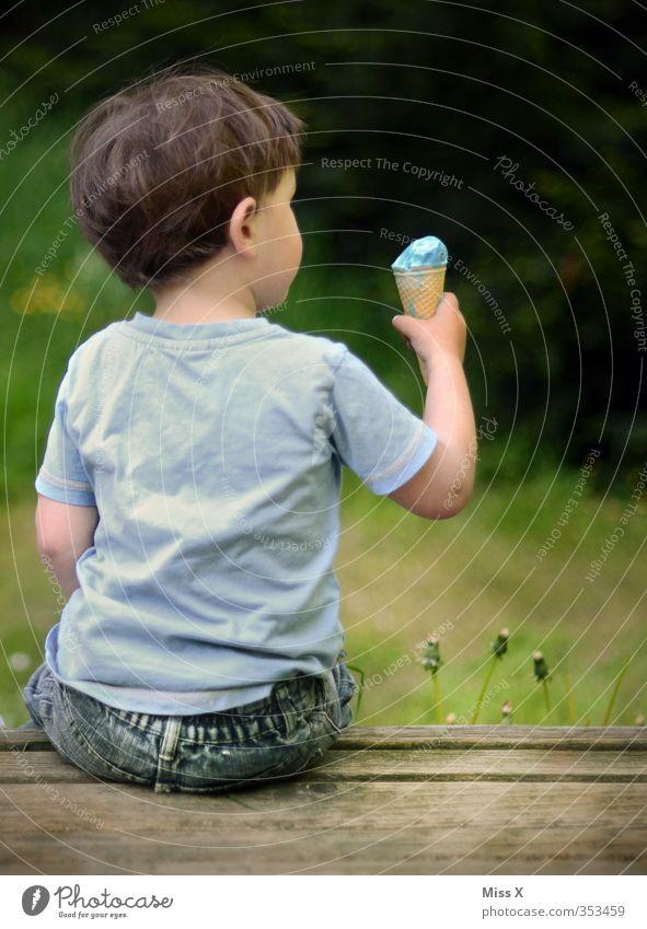 Eiszeit Mensch Kind Sommer Essen Stimmung Lebensmittel maskulin Kindheit Freizeit & Hobby sitzen Zufriedenheit Fröhlichkeit Ernährung Speiseeis niedlich Appetit & Hunger