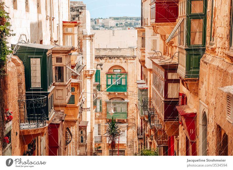 Bunte Straßen von Valletta, Malta valleta maltesisch Altstadt Sandstein Sandsteingebäude Gebäude Architektur Balkon Bunter Balkon Farbenfrohe Gebäude Gasse