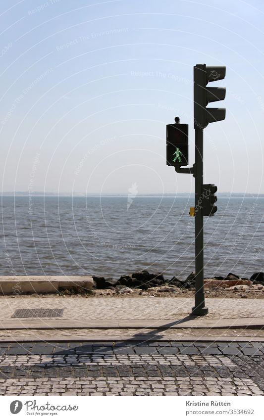 grüne ampel am meer fußgängerampel ampelmännchen horizont himmel strand ufer weite los frei gehen losgehen starten konzept zeichen signal symbol urlaub ferien