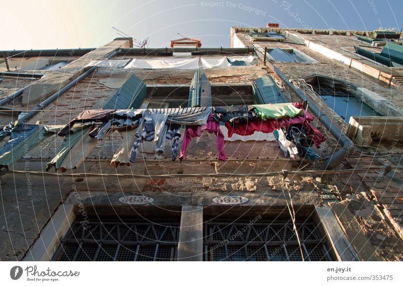 Fassadenverkleidung alt Stadt Haus Fenster Wand Architektur Mauer Gebäude Wohnung Tür Ordnung Lifestyle Häusliches Leben Europa Bekleidung