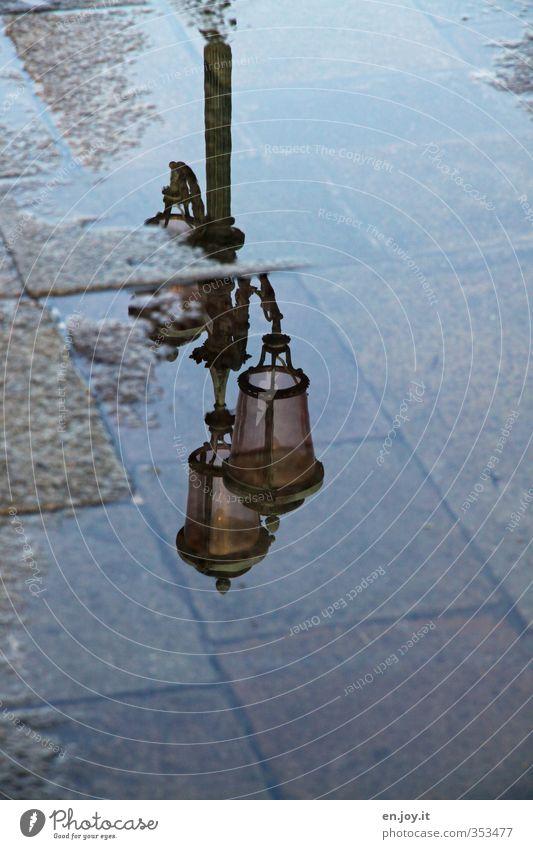 Lichtquelle Ferien & Urlaub & Reisen alt Stadt Einsamkeit Wege & Pfade grau Beleuchtung braun Tourismus leuchten Energie Europa nass Romantik Italien Bürgersteig