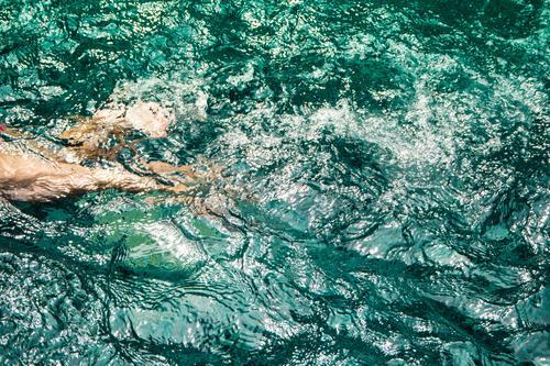 Im Pool schwimmende Kinder Schwimmsport Wasser jung blau Beine Menschen Aktivität Mädchen Person Glück Spaß im Freien Körper Sommer Tag Sport Freizeit