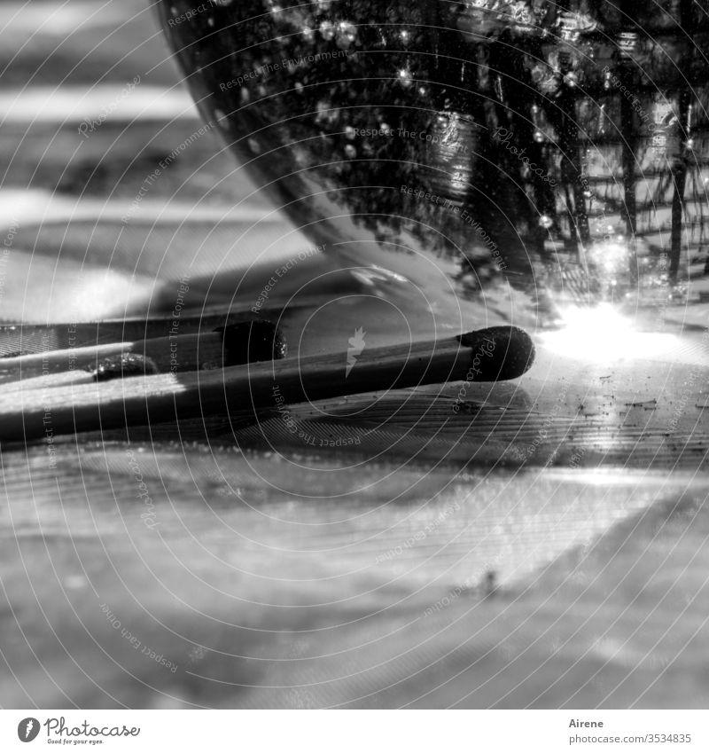 Trash 2020 | Spätzünder Streichholz Glaskugel Reflexion bunt Lichterscheinung zünden Zündholz brennen anzünden entzünden hell Helligkeit Feuer Zündholzkopf