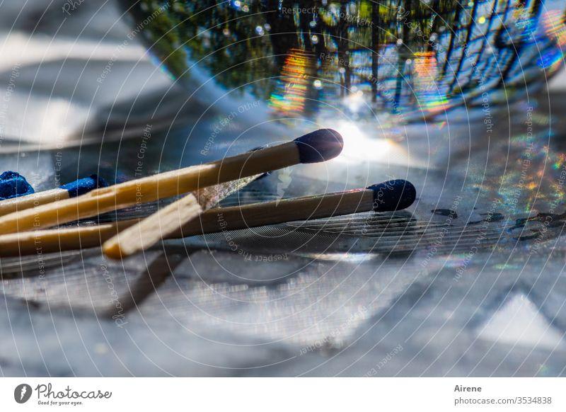 ein Funke genügt Streichholz Glaskugel Reflexion bunt Lichterscheinung zünden Zündholz brennen anzünden entzünden hell Helligkeit Farbreflexe farbig