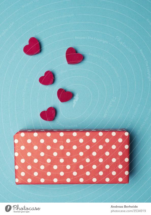 Gepunktete Geschenkbox mit roten Holzherzformen gepunktet farbenfroh Rabatt Stil Polka-Punkte Mode Objekt Tasche Sale Merchandise Laden Verpackung Kauf