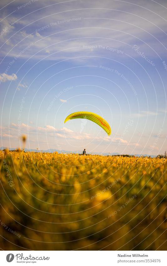Trockenübung im Gleitschirmfliegen gleiten üben Übung Wiese Sport Himmel Freiheit blau Freizeit & Hobby Extremsport Farbfoto Angst Überwindung Blauer Himmel