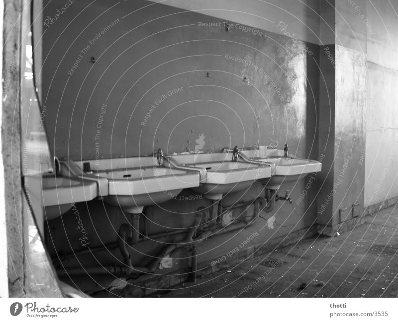 Spaßbad alt Verfall historisch Scherbe Waschbecken Waschhaus