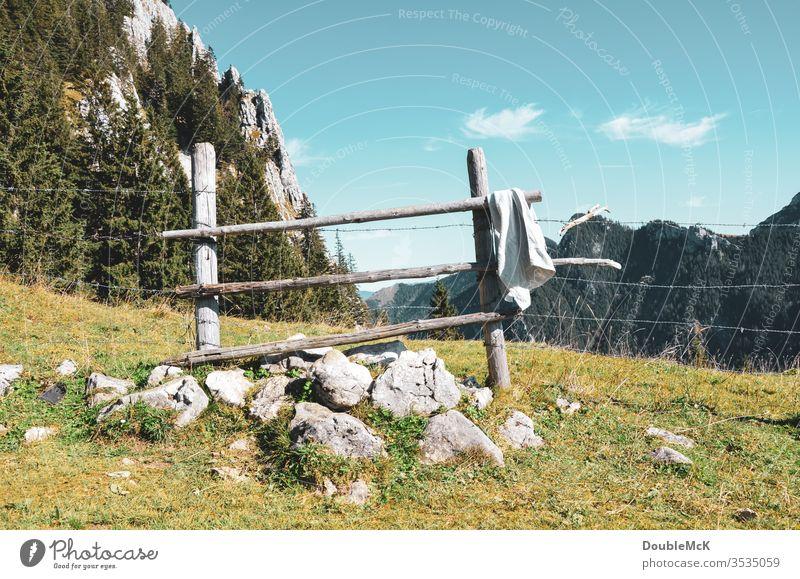 Schiefer Holzzaun in den Bergen dient als Absperrung und Handtuchhalter Alpen Gebirge Berge u. Gebirge Himmel blau Felsen Gipfel Landschaft Natur Außenaufnahme