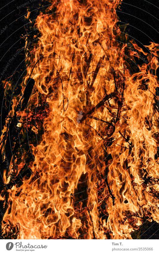Feuer Brand brennen Flamme heiß Wärme Nacht Funken gelb Farbfoto Glut Licht Feuerstelle Holz orange Sommer Menschenleer glühend Außenaufnahme schwarz