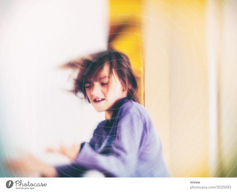 Junge tanzt mit geschlossenen Augen Tanzen täuschend Spinning verrückt im Innenbereich Freude Kind Innenaufnahme Farbfoto Mensch Tag jung Kaukasier Jugendliche