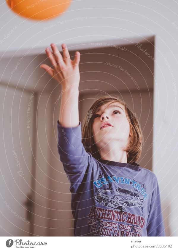 Junge spielt drinnen Kind Schlafanzug im Innenbereich Farbfoto Spielen niedlich Kindheit Gesicht Mensch Freude Tag Innenaufnahme Glück Lifestyle heimwärts
