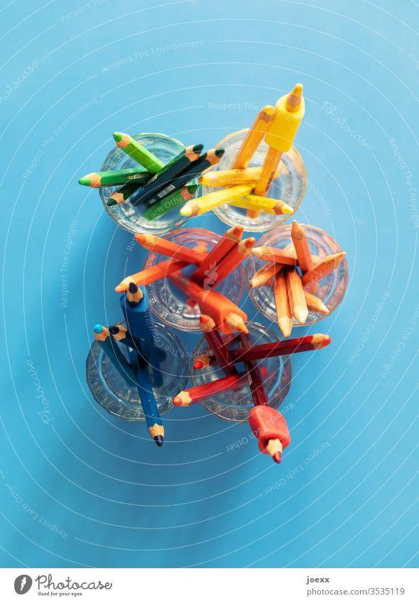Buntstifte im Glas von oben auf blauer Fläche Stifte bunt farbig Holzstifte grün gelb orange rot Totale Farbe mehrfarbig zeichnen Farbstift Freizeit & Hobby