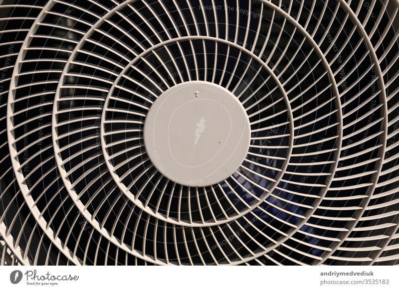 Nahaufnahme der Textur einer Klimaanlage. Textur der Klimaanlagenabdeckung. Graue Schutzabdeckung aus Kunststoff für den Ventilator der Klimaanlage. Detail der industriellen Ausrüstung. Nahaufnahme, abstrakter Hintergrund, Gittermuster