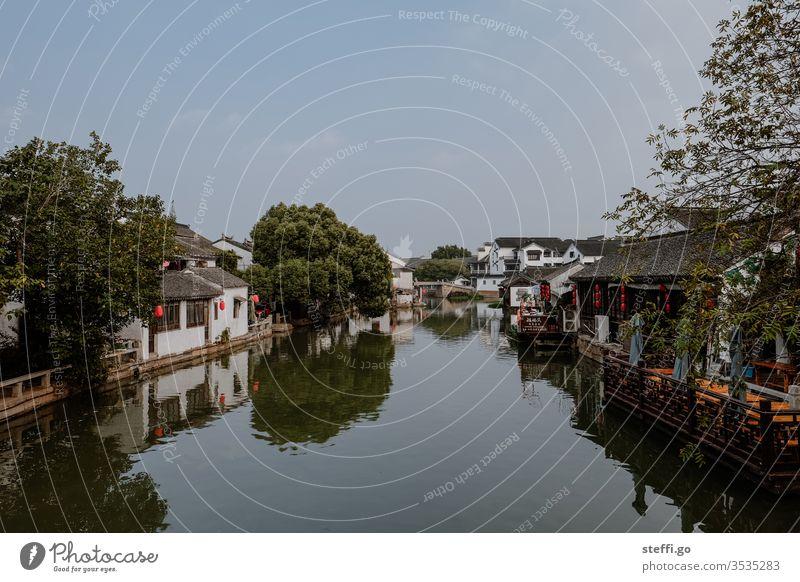 Stadt oder Dorf am Fluss in China Asien Chinesische Architektur Dorfidylle Leere Farbfoto Menschenleer Außenaufnahme Reisefotografie Ferien & Urlaub & Reisen