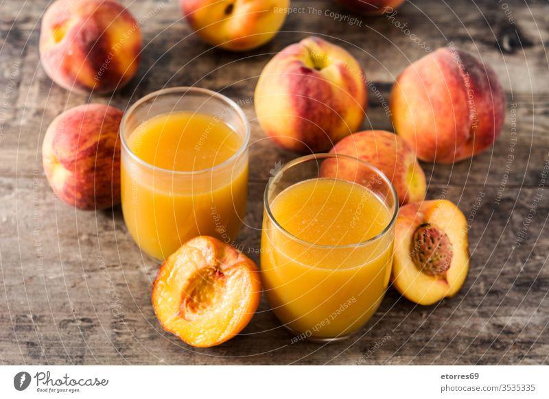 Natürlicher Pfirsichsaft im Glas auf Holztisch Getränk Frühstück Tasse Diät trinken Lebensmittel frisch Frische Frucht Gesundheit Saft saftig liquide Ernährung