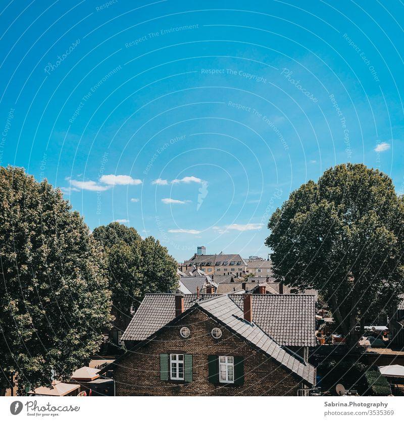 Ausblick über die Dächer von Ludwigshafen mit einem wolkenlosen Himmel ausblick Architektur Menschenleer Farbfoto Stadt Außenaufnahme Textfreiraum oben
