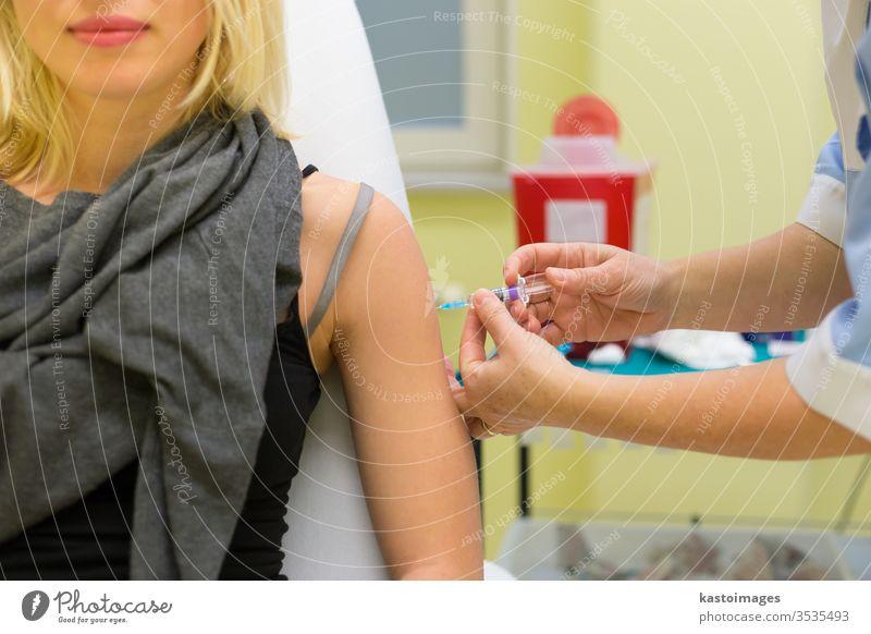 Präventive Impfung gegen Virusinfektion. Impfstoff Einspritzung Medizin Spritze Arzt medizinisch Krankenpfleger weiß Hand Nadel Krankenhaus Person Medikament