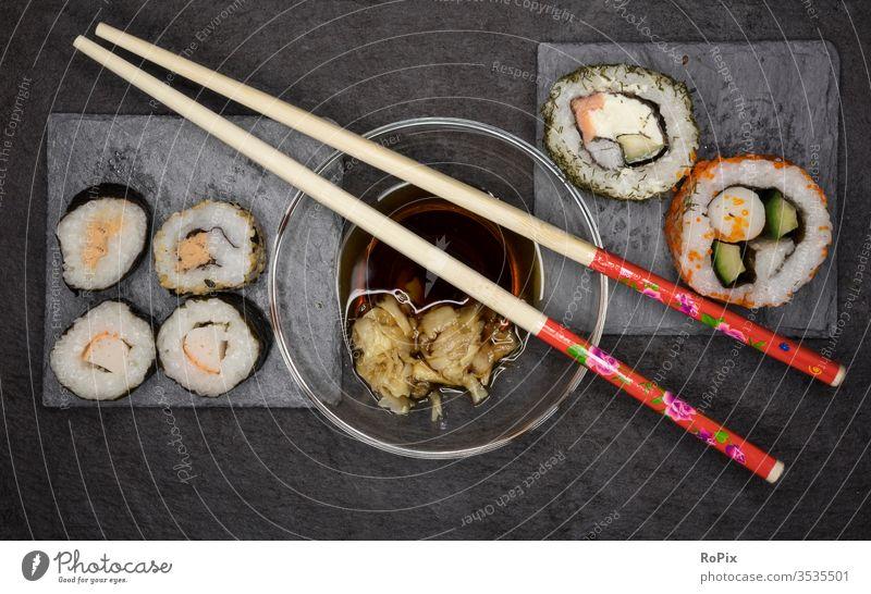 Sushi und Stäbchen Fisch Reis fish Meer Fischer Japan Nahrung essen food Nahrungsmittel Algen schuppen Ernährung Gesundheit health Fitness fett Fettsäuren