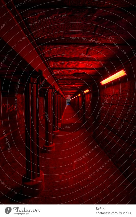 Rot beleuchteter Tunnel im Landschaftspark nord. crossing Unterführung Stahlwerk Technik Infrastruktur Stadt Beleuchtung Kontrast urban Säulen Fluchtweg