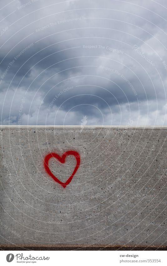 Die Mauer muss weg Kunst Ausstellung Kunstwerk Wolken Gewitterwolken Wetter schlechtes Wetter Unwetter Menschenleer Bauwerk Gebäude Wand Fassade Stein Zeichen