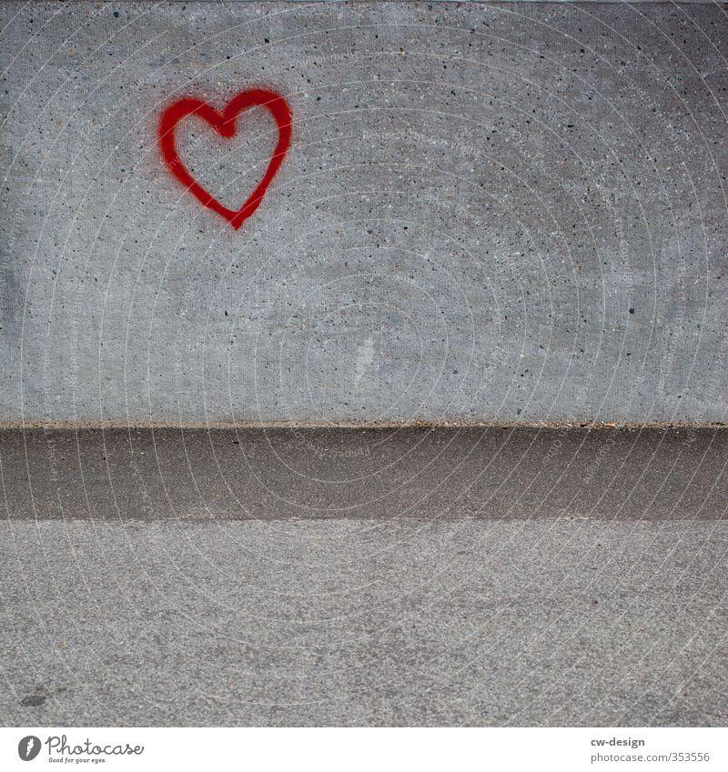 HEUTE: Jahrestag des Mauerbaus 1961 Stadt rot Haus Wand Architektur Liebe Graffiti Gefühle Mauer grau Fassade Zusammensein Freundschaft Tourismus Ausflug Herz