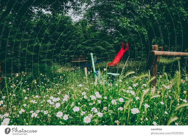 Verlassener Park im Frühling voller Blumen Menschenleer schön Blütezeit wild ländlich rustikal Beitrag postapokalyptisch grün Schönheit keine Menschen Sliden