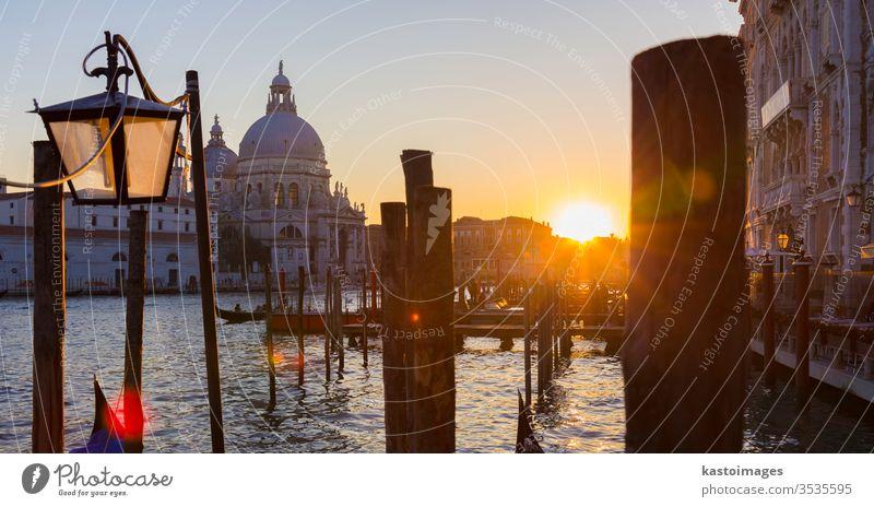 Venedig im Sonnenuntergang. Italien Wahrzeichen Kirche Gondellift Gondoliere Stadtbild Basilika Maure Insel Ausflugsziel reisen gelb herrschaftlich Sommer