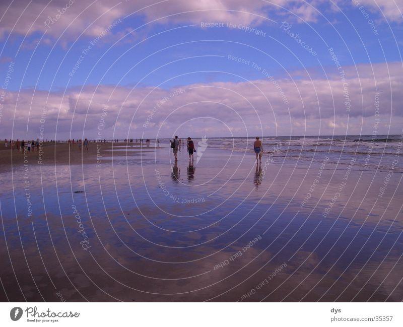 Feuchter Horizont inklusive Groupies Mensch Wasser Himmel weiß Meer blau Wolken Einsamkeit Ferne See Sand leer Schwimmen & Baden feucht Tourist