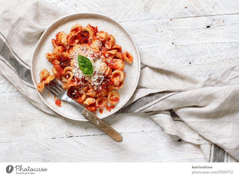 Süditalienische Pasta-Orecchiette mit Tomatensauce und Cacioricotta-Käse Spätzle Italienisch Apulien Saucen sugo Draufsicht weiß Textfreiraum Negativraum
