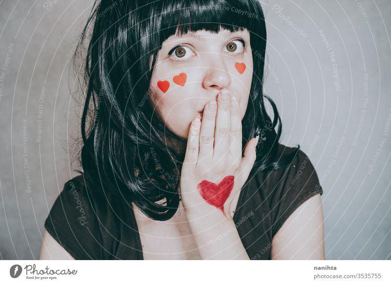 Wunderschönes Porträt einer jungen Frau mit roten Herzen im Gesicht Liebe Schönheit hübsch Kunst künstlerisch Valentinsgruß Valentinstag verliebt romantisch