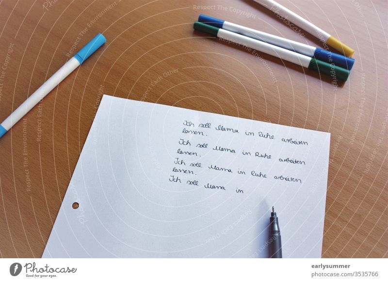 Zettel mit von Kind geschriebenen Sätzen zum Thema Homeoffice coronavirus schulschließungen Homeschooling Überlastung zu Hause arbeiten doppelbelastung