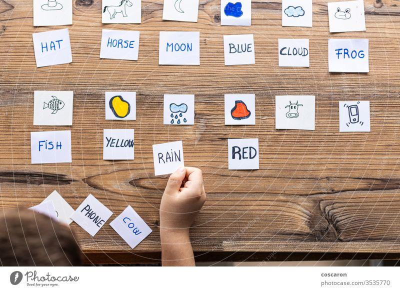 Kleines Kind, das mit Wort- und Bildkarten spielt. Alphabet zurück zur Schule Junge Karten Karikatur Kindheit Kinder Klassenraum Konzentration Coronavirus