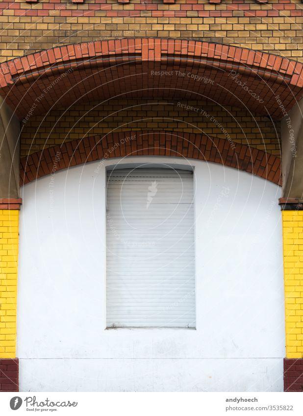 Das Fenster unter dem Ziegelbogen ist geschlossen antik Bogen Architektur Hintergrund Berlin blanko blind Baustein Deckengewölbe Backsteinwand Gebäude