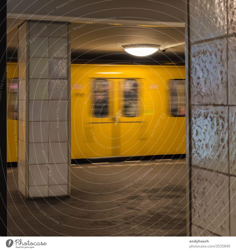 Die alte gelbe Berliner U-Bahn fährt in die U-Bahn-Station Architektur Ankunft ankommen trifft ein Unschärfe Unschärfe-Effekt verschwommen Gebäude Großstadt