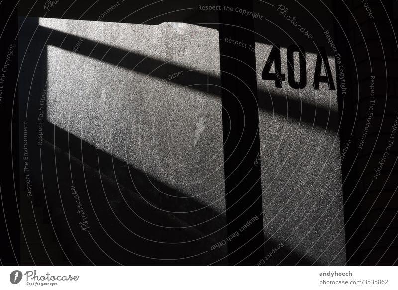 Die 40A an der Hauswand in Licht und Schatten abstrakt Adresse Architektur Hintergrund Hintergründe schwarz Gebäude gebaute Struktur Großstadt Mitteilung