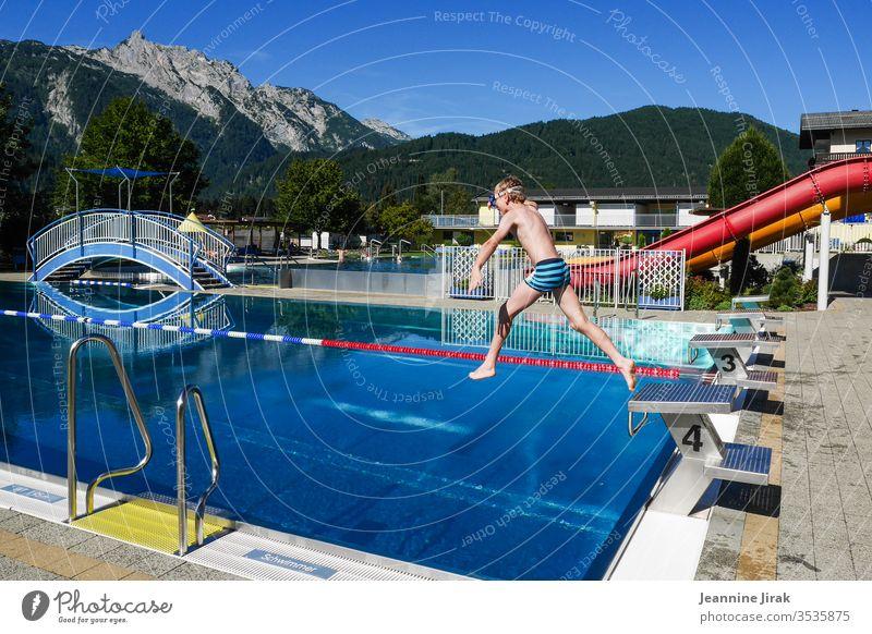 Freibad in den Bergen Alpen Urlaub Urlaubsstimmung Schwimmbad Ferien & Urlaub & Reisen Schwimmen & Baden Außenaufnahme Wasser Sommer Freizeit & Hobby springen