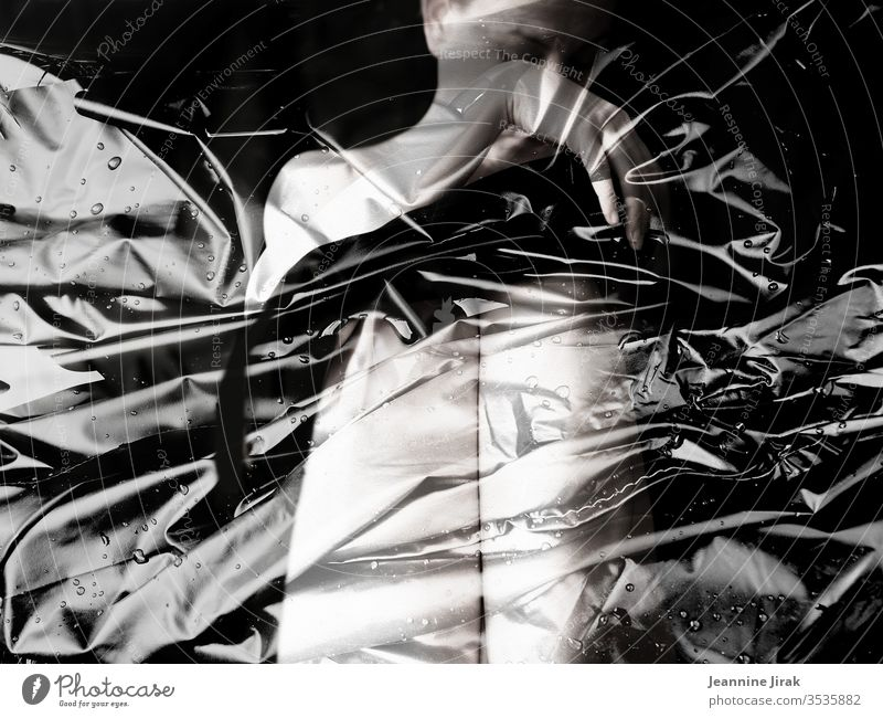 feminine Verpackung Frau Verpackungsmaterial verpackt Folie Kunststoff Schutz verstecken Nackte Haut nackt Hand Strukturen & Formen Körper Scham Schwarzweißfoto