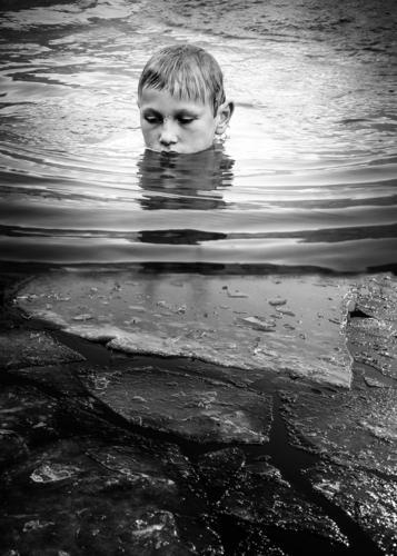 Junge badet im eisigen Wasser baden See Eis Schwimmen & Baden Im Wasser treiben Wellen Schwarzweißfoto Reflexion & Spiegelung Urlaub stille silence Monochrom