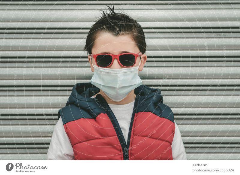 Kind mit medizinischer Maske für Coronavirus mit Sonnenbrille Virus Seuche Pandemie Quarantäne covid-19 Symptom Medizin Gesundheit Mundschutz Kindheit Schutz