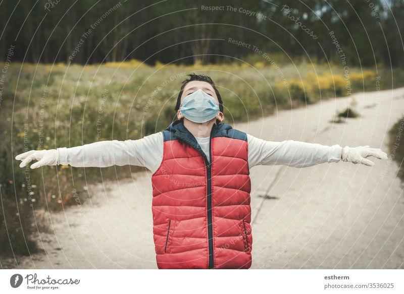 Kind mit medizinischer Maske für Coronavirus mit ausgestreckten Armen Virus Seuche Pandemie Quarantäne covid-19 Feld Symptom Medizin Gesundheit Mundschutz