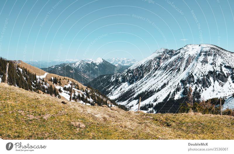 Leicht schneebedeckte Berge der Bayerischen Voralpen im Herbst Alpen Gebirge Berge u. Gebirge Himmel blau Gipfel Landschaft Natur Außenaufnahme Farbfoto Tag