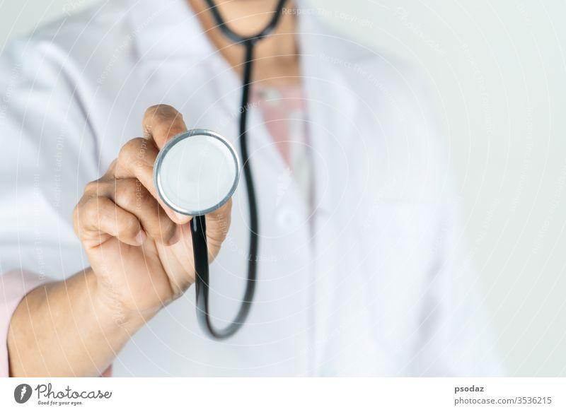 Oberarzt oder Arzt halten Stethoskop im Krankenhaus. Konzept der Medizintechnik und des Gesundheitswesens Erwachsener gealtert Hintergrund Pflege Klinik