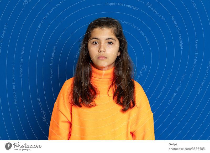 Mädchen im Vorschulalter mit gelbem Trikot Kind blau furchtbar überrascht entsetzt Emotion gestikulieren erschrecken beunruhigt aufgeregt Problematik Porträt