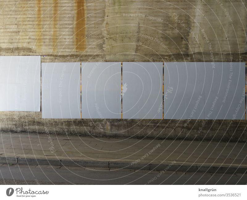 Weiß plakatierte Wand am Anfang einer Unterführung Mauer Tunnel Stadt Licht & Schatten Plakat neutral weiß schräg Straße Gehweg Bürgersteig Werbefläche