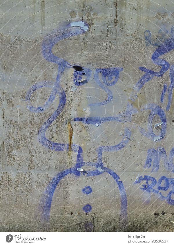 Verwaschenes blaues Graffiti einer ernst blickenden Frau auf einer grauen Betonwand Kunst Erwachsene Wand Außenaufnahme Mauer Farbfoto Tag Blick Mensch 1