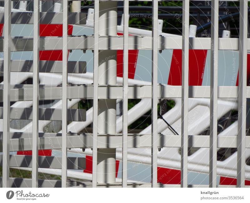 Rot-weiße Absperrungen hinter einem weißen Metallzaun Barriere Schutz Sicherheit Zaun Außenaufnahme Grenze Strukturen & Formen Menschenleer Farbfoto Muster Tag